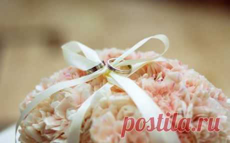 Оригинальные подушечки для колец из живых цветов.
