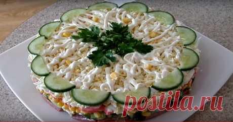 Слоеный салатик «Новинка» — очень просто, вкусно и быстро! Представляем вам рецепт вкусного салата. Продукты, используемые для его приготовления, отлично сочетаются между собой.А на его приготовление не понадобиться много времени. Такой салат получается нежным, сочным и очень сытным. Необходимые продукты огурец — 70 гр колбаса — 0,3 кг вареные яйца — 3 шт кукуруза — 200 гр крабовые палочки — 0,2 кг зеленый лук...