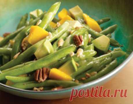 Салат из зеленой фасоли и манго.