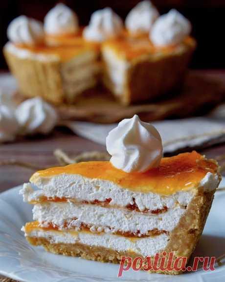 Простой пирог с джемом из безе без выпечки  Ингредиенты:  Печенье — 300 г Сливочное масло — 150 г Жирные сливки — 300 мл Абрикосовый джем — по вкусу Готовое безе — 100 г  Приготовление:  1. Выложите форму для торта диаметром около 23 см пищевой пленкой. 2. Покрошите несколько безе и отложите в сторону. 3. Измельчите печенье и смешайте с растопленным сливочным маслом. 4. В чаше миксера взбейте сливки до жесткости (если есть необходимость — добавьте загуститель для сливок). ...