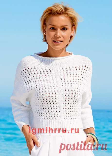 Короткий белый пуловер с ажурными узорами. Вязание спицами со схемами и описанием
