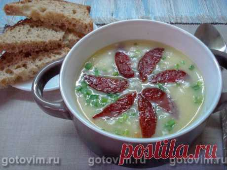 Немецкий картофельный суп. Рецепт с фото Рецепт картофельного супа из немецкой поваренной кухни понравится всем любителям густых супов-пюре. Пюрированный картофель в немецком супе насыщен нежным вкусом сливок, подкреплен другими овощами, зеленью, ароматным чесночком и обжаренными кусочками копченой колбасы. Такой супчик может стать повседневным горячим блюдом, ведь готовится он за считанные минуты из самых обычных продуктов. Продукты в рецепте рассчитаны на 2-хлитровую кастрюлю.