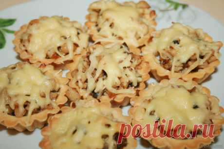 Tartlets with chicken and mushrooms