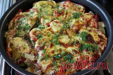 Очень вкусные молодые кабачки запеченные с помидорами под соусом    Легкий и вкусный ужин вам обеспечен!          Ингредиенты: Кабачки или цукини — 2 штуки.Картофель – 3-4 средние шт.Лук – 1 большая луковица.Помидоры – 3 шт.Вода – 100 мл.Майонез – 4 ст.л.Сметана – …