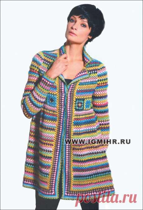 Яркое разноцветное пальто с полосами и квадратными мотивами. Крючок
