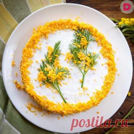 Салат «Мимоза» можно встретить на праздничном столе довольно часто. Но существует так много различных рецептов его приготовления, что под одним названием скрываются салаты, не похожие друг на друга.