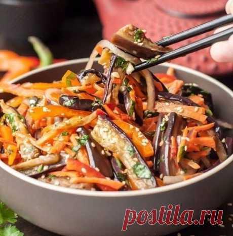Острый хрустящий салат Хе из баклажанов  Острый хрустящий азиатский салат из баклажанов, сладкого перца, моркови, красного лука с добавлением уксуса, семян кунжута, чеснока и кинзы.   Ингредиенты:  2 шт. баклажан (большие)  2 шт. перец (бол…