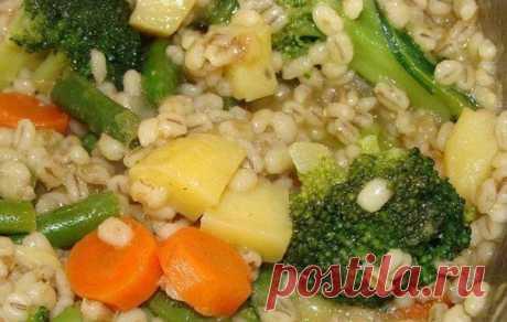 Вкусная перловая каша с овощами.