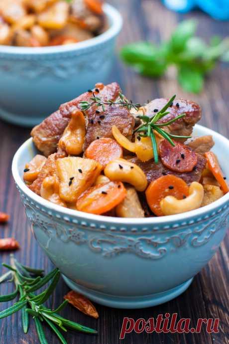 Свинина с кешью, ананасами и соевым соусом.
