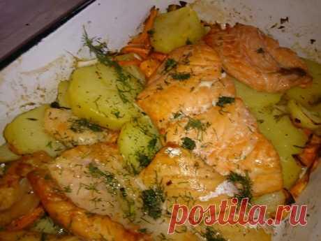 Лосось запеченный с картошкой  Это блюдо, необычайно вкусное и простое в приготовлении. Ингредиенты для четырех человек -600 г филе лосося ( без кожи) -2 небольшие луковицы -2 моркови -8-10 средних картофелин -3 столовые ложки сли…