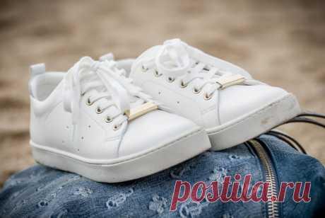 """Как отмыть белые кроссовки в домашних условиях от въевшейся грязи? Белые кроссовки — это классика, всегда эффектно и ярко. Но обувь такого цвета очень маркая, требует постоянного ухода. Белый цвет очень капризный и восприимчив к природным """"угрозам"""" - дождь, слякоть, пыль и даже снег. Знание, как правильно очистить замызганные белые кроссовки, выручит вас в этой ситуации."""