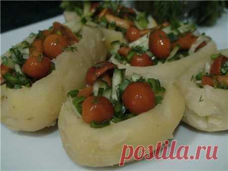 Опята в кошелке  Картофель варим или печем в мундире,(можно сделать в микроволновке) чистим и ложкой делаем углубление и присолить.  Начинка: опята маринованные, свежий огурец, (меленькой соломкой) зеленый лук,зелень, р. масло - всё перемешать и этой массой фаршируем картофель.