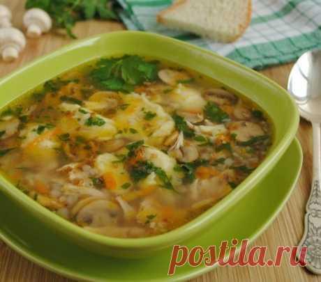 Гречневый суп с грибами и картофельными клецками Ингредиенты: - 1,5-2 л воды - 250 гр шампиньонов - 1/3 стакана гречки - 1/2 небольшой курицы или куриная грудка - 1 луковица - 1 небольшая морковь - 1 лавровый лист - зелень петрушки по вкусу - соль по вкусу  Для клёцек - 3-4 шт. картофеля  - 1 яйцо - 3-4 столовые ложки муки - щепотка соли