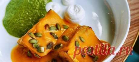 Стейк из тыквы с домашним песто и рикоттой. Рецепт Тыкву очистить от кожуры и семян, отделить 800 грамм мякоти и нарезать на ровные «стейки» толщиной 1,5–2 см.