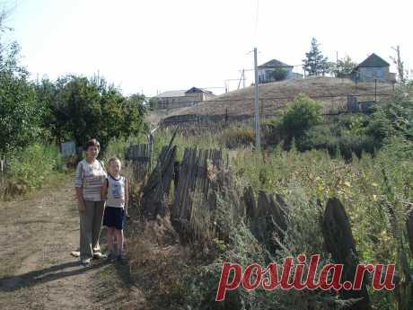 Мой дом на горе слева, где я жила пос. Бурибай - Башкирия.