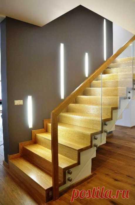 Лестницы из дерева и стекла – оригинальная деталь стильного дома
