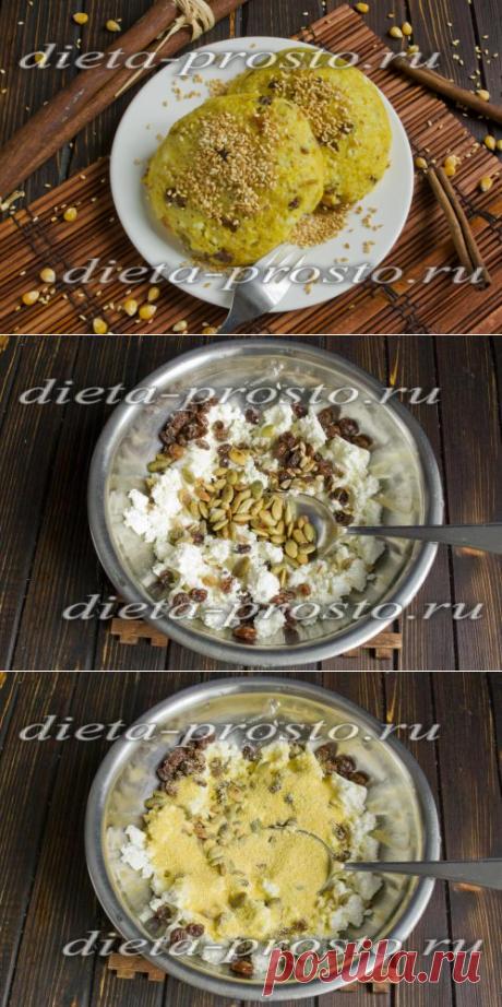 Los pasteles de requesón dietéticos del requesón con las pasas a un par por Dyukanu