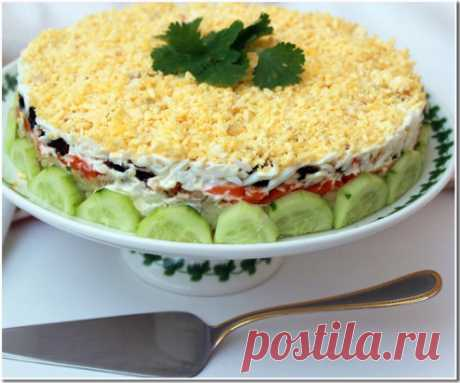 Праздничный и очень вкусный салат с печенью трески Ингредиенты: - 1 баночка (180 — 200 г) печени трески - 1 картошечка среднего размера - 1 морковь среднего размера - 3-4 яйца - 3-4 перышка зеленого лука - 10-12 шт чернослива - соль - перец - майонез Приготовление: Морковь, картофель и яйца отварить. Салат выкладывается слоями. Каждый слой немного промазать майонезом — КРОМЕ ПЕЧЕНИ. 1-й слой: картофель, потереть на крупной терке; 2-й слой: печень трески без масла, размять вилкой (этот слой м
