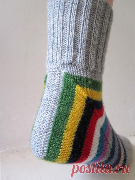 Два затейливых способа вязания носков спицами. |