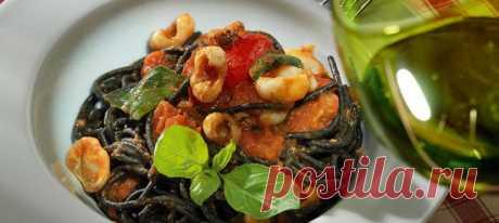 Черные спагетти с соусом из помидоров и каракатиц