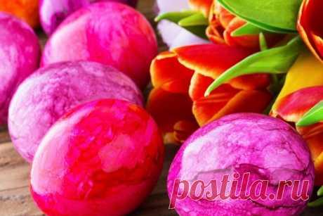 Традиционные пасхальные яйца, окрашенные нетрадиционным способом - то, что нужно на Пасху для тех, кто не боится немножко экспериментировать.А что если отойти от привычных ровненьких цветных яиц и сделать нечто особенное? Например, разноцветные яйца своими руками с красивым переходом цвета?