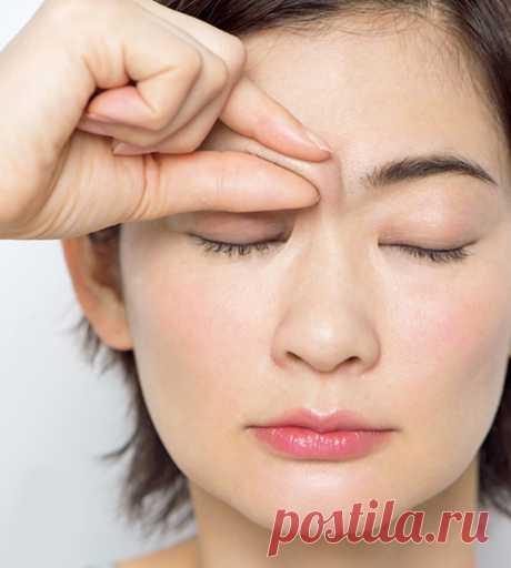 Как поднять нависшее веко: массаж вместо операции