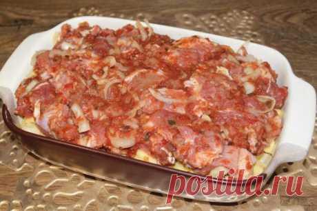 Мало кто так готовит, а зря… Секретный рецепт моего папы «Мясо по-грузински» - медиаплатформа МирТесен Мясо получается таким ароматным и сочным, что невозможно передать словами. Лучше замариновать мясо на ночь, тогда оно будет ну очень сочным. Ингредиенты: Говядина или свинина Лук Аджика Соль Картофель Растительное масло Как готовить: Мясо нарежьте на небольшие кучки, добавьте нарезанный лук.