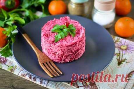 Салат «Розовый Фламинго» — он вызывает фурор у приглашенных гостей Салат «Розовый Фламинго» непременно украсит ваш праздничный стол, а также сделает ежедневый рацион более разнообразным. Для рецепта возьмите самые доступные ингредиенты. Это крабовые палочки, свекла, яйца и плавленый сыр. Для остроты добавьте чеснок по вкусу. Все компоненты идеально сочетаются между собой и делают салат запоминающимся. Если вы любите овощные легкие салаты с добавлением сыра и крабовых палоч...