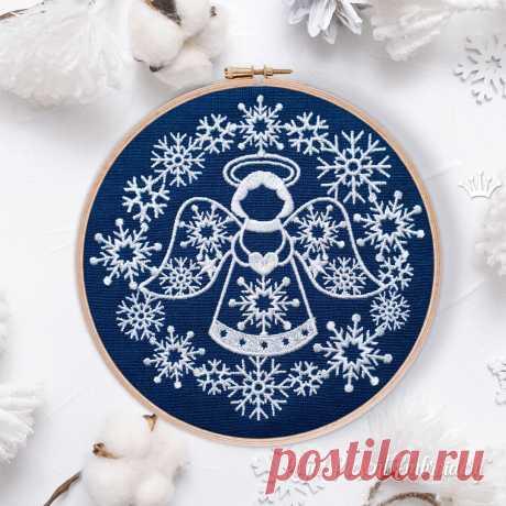 Ангел с сердечком в рамке из снежинок Дизайн Машинной Вышивки