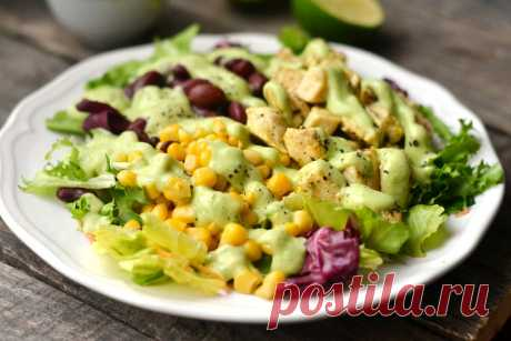 Куриный салат с фасолью и кукурузой Оригинальный салатик с жареной курицей, консервированной фасолью, кукурузой и листьями салата с заправкой из сметаны и спелого авокадо.
