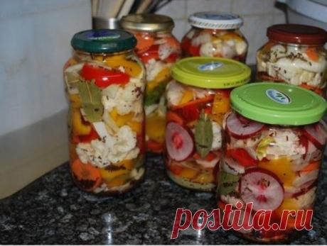 Овощное ассорти на зиму без стерилизации  Для приготовления понадобится:  • Огурцы – 1 килограмм; • Помидоры – 1 килограмм; • Сладкий перец – 1 килограмм; • Морковь – 2 штуки; • Лук – 2 головки; • Чеснок – 2 головки; • Перец горошек – 8-9 штук; • Укроп – 6 зонтиков. для маринада (на 1,5 литра воды): • Соль – 2 столовые ложки, • Сахар – 2 столовые ложки, • Уксусная эссенция – 1 чайная ложка.  Приготовление:   1. Подготовить овощи для засолки. Огурцы крайне желательно вымочи...