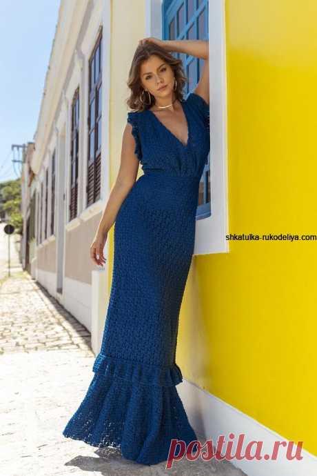 Вечернее длинное платье крючком Вечернее длинное платье крючком. Синее вязаное платье крючком с красивым декольте