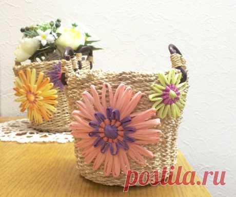 """Цветочные мотивы выполнены на луме """"хана ами"""" из рафии. Отделка для корзинки. Информация с сайта производителя."""