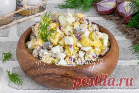 Салат с селедкой, картофелем и яйцами Ну кто же не любит соленую селедочку? Сочетание с вареной картошкой и луком - это уже классика.