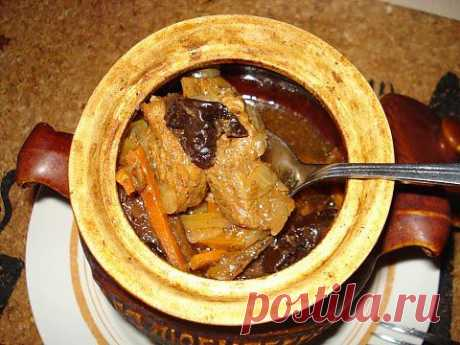 Говядина с черносливом в горшочках