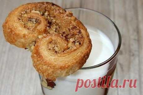 """Печенье """"Ушки"""" из слоеного теста  Ингредиенты:  молотый грецкий орех тесто (в нашем случае из магазина) - 400 г, два пласта коричневый сахар  Приготовление:  1. Пройдитесь скалкой по орехам, чтобы они слегка вдавились в тесто. (Слегка!). Затем отметьте середину, ну и заворачивайте, как показано на фото.  2. После того, как пласты буду завернуты. Нарежьте на печеньки. Где-то по 1-1,5 см в толщину. То же самое проделать со вторым пластом теста. Если у вас нет орехов, просто ..."""