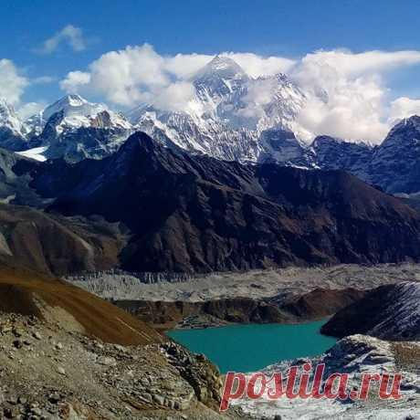 Эверест в облаках. Внизу озеро Гокиа. Вид с перевала Renjo La (5360 м). #перевал,#эверест,#горы,#озерогокиа,#непал,#гималаи,#renjolapass,#путешествия.