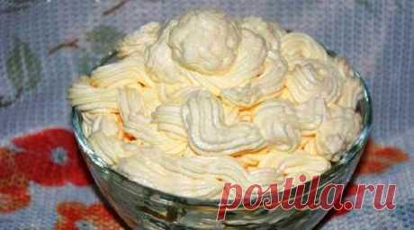 """Крем """"Шарлотт""""  Масляный яично-молочный крем шарлотт можно использовать для начинки эклеров, прослаивания тортов и пирожных.  Сливочное масло - 200 гр Яйцо куриное - 2 шт. Сахарный песок - 4 ст.л. Молоко - 100 мл  В миске взбить яйца с сахарным песком. Добавить молоко, перемешать. Смесь перелить в кастрюльку и подогревать на слабом огне или водяной бане постоянно помешивая до загустения. Не варить, не кипятить!!!Охладить. Размягчённое сливочное масло взбить миксером в пышн..."""