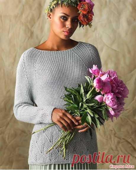 """Пуловер """"BEGONIA"""". Спицы. Удлиненный пуловер с ажурными растительными элементами по низу изделия связан простым узором, который образуется за счет попеременного вязания ряда лицевых петель и ряда с чередованием 1 лиц, 1 изн."""