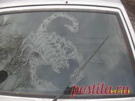 стекло на машине с рисунком