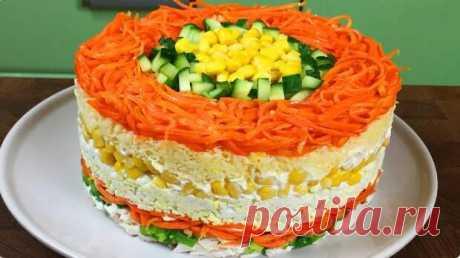 Данный салат не только эффектно выглядит, но и имеет потрясающий вкус! Нежный, сочный и безумно вкусный салат не оставит равнодушным ни одного гостя. Легкой пикантности ему придаст морковь по-корейски, а яйца придадут нежности. 300 г моркови по-корейски; 250 г вареного филе курицы; Одна банка