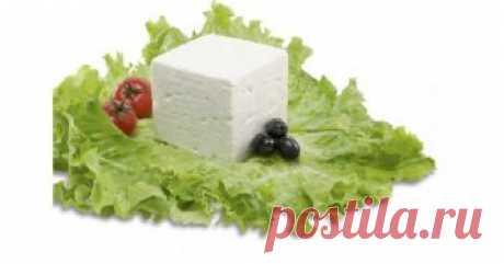 Как да си направим домашно сирене Как да си направим домашно сирене    По-хубаво от домашното няма!    Затова за любителите на домашното сирене представяме начина на приготвяне в домашни условия.  Бялото сирене е незаменима част от българската трапеза.  Ако си набавяте или разполагате с домашно прясно мляко ето един чудесен начин
