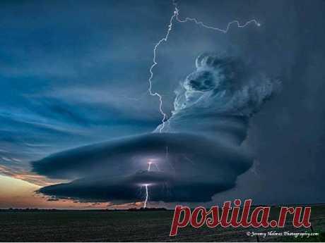 Фотографу Джереми Холмсу удалось сделать невероятно красивый кадр разыгравшегося шторма. (Май 2012, Небраска)