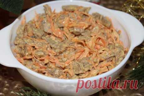 Безумно рада, что наконец-то нашла рецепт этого салата. Самый вкусный - Скатерть-Самобранка - медиаплатформа МирТесен Рекомендую оставить салат на несколько часов, чтобы мясо хорошо промариновалось. Салат очень аппетитный и вкусны, можно использовать любое мясо. Ингредиенты: Мясо 400 г Морковь по-корейски 200 г Кунжут Майонез Как готовить: Мясо отварите, остудите и нарежьте соломкой. Добавьте морковь и
