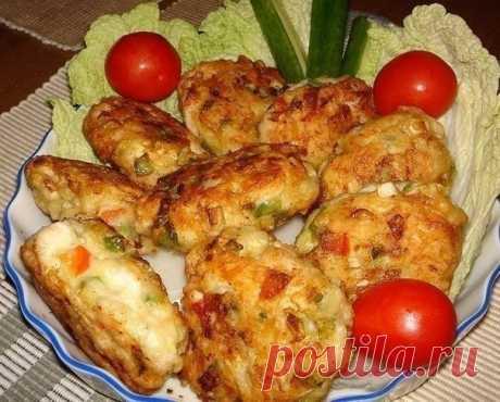 Рецепт очень вкусных и полезных котлет из куриного мяса с овощами и сыром. Вкус у этих котлет получается очень пикантный и необычный!