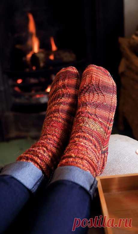 """Носочки спицами """"Bauble"""" от Bronagh Miskelly Рисунок украшает вязаные носки не только на паголенке и стопе, но и на пятке. Размеры:  Соответствуют размерам обуви UK 5-7 (8-10)  Окружность стопы – 20 (22) см."""