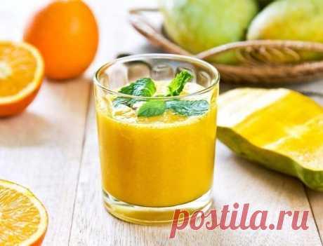 Смузи с манго и мятой — одно спелое манго — сок половины апельсина — пучок свежей мяты — полбанана — 50 г имбирного сиропа — три кубика льда  Главное, чтобы ваш блендер смог измельчить мяту до мелких крупинок, и тогда вы сможете насладиться вкуснейшим «тропическим» коктейлем. Перед приготовлением очищенные кусочки манго можно в течение получаса подержать в морозилке. Кроме того, в магазинах можно найти упаковки замороженного гранулированного манго.