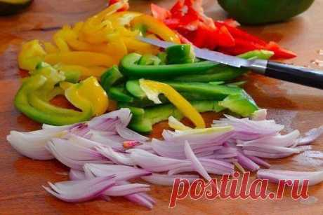 Яичница с овощами в духовке Время приготовления: 15 минут  Ингредиенты:  Перец сладкий — 3 шт. Яйца куриные — 4 шт. Лук — 2 шт. Масло растительное — 2 ст. л. Соль — по вкусу Перец — по вкусу  Приготовление:  1. Подготовьте ингредиенты. 2. Нагрейте духовку до 180ᵒ С. Нарежьте лук и перец полосками. 3. На растительном масле сначала обжарьте лук до лёгкой румяности. 4. Затем добавьте овощи и жарьте, активно помешивая, до готовности, пока овощи не станут мягкими. Посолите и по...