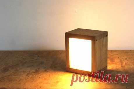 Светодиодный светильник-перевертыш Для того чтобы этот светильник включить нужно его просто перевернуть. Соответственно выключается он так же. Интересная идея для ночного светильника. Такая работа светильника обеспечивается использованием ртутного выключателя, а наличие экономичных светодиодов и аккумулятора, делают его мобильным.
