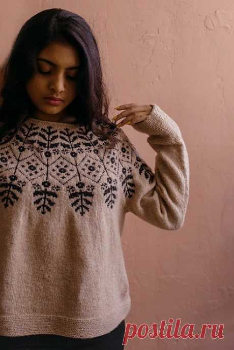 Удобный и просторный вязаный пуловер Carlina с круглой кокеткой из цветного узора связан спицами